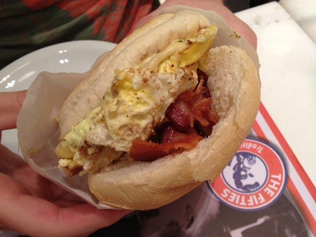 Pãezinhos com bacon e ovo