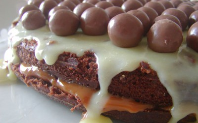 Bolo de Chocolate com Doce de Leite e Chocolate Branco