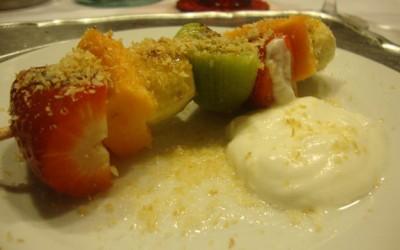Espetadas de Fruta com Iogurte Grego e Coco Torrado