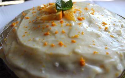 Bolo de cenoura com cobertura de queijo creme