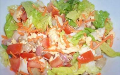 Salada com ovos mexidos