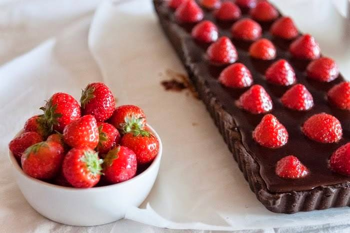 Tarte de chocolate com morangos