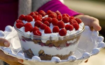 Mousse de chocolate com natas e framboesas