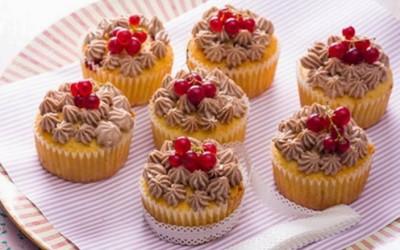 Muffins de groselha com creme de chocolate