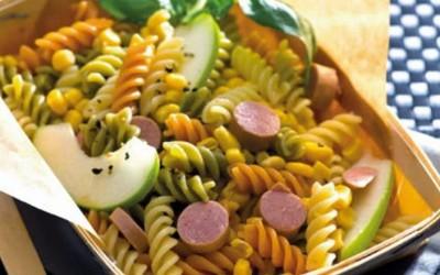 Salada de massa colorida e salsichas