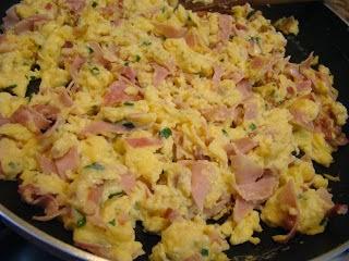 Ovos mexidos com fiambre e queijo