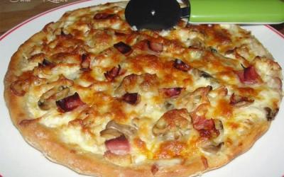Pizza carbonara com frango e cogumelos