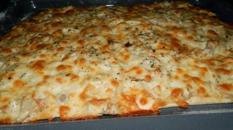 Pizza de frango assado com natas e cogumelos