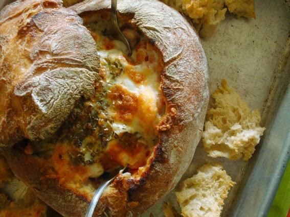 Pão gratinado com camarão bacon e cogumelos