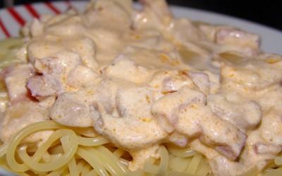 Esparguete com bacon cogumelos e natas