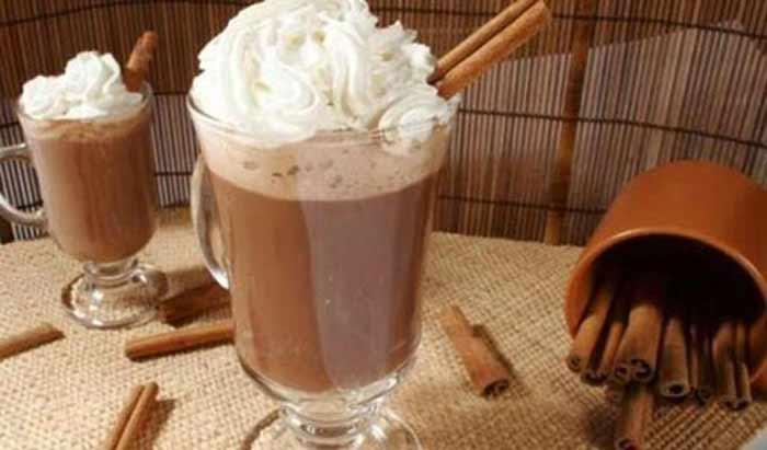 Chocolate quente com leite condensado e chantili