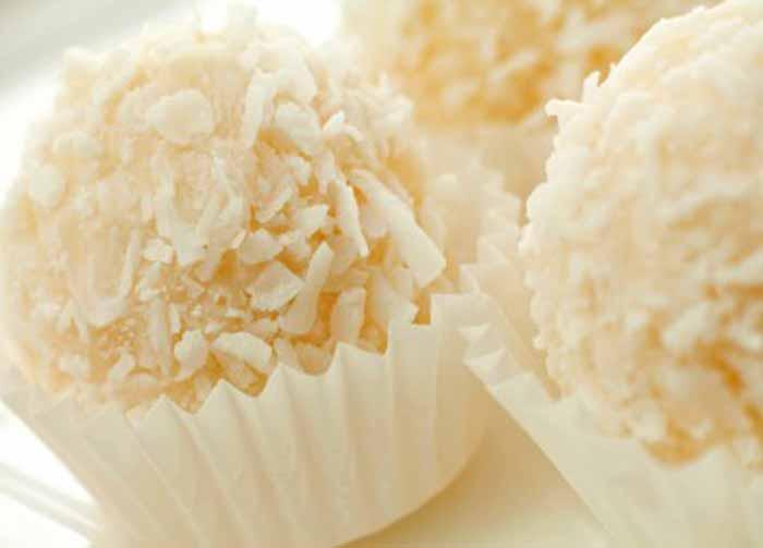 Docinho de brigadeiro branco com coco