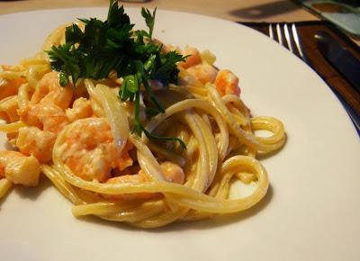 Esparguete com camarão e natas