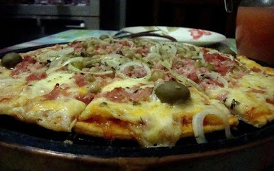Pizza de atum bacon e azeitonas