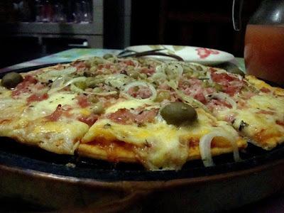 Pizza de atum bacon e azeitonas