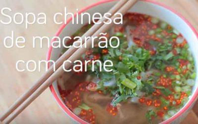 Sopa chinesa de macarrão com carne