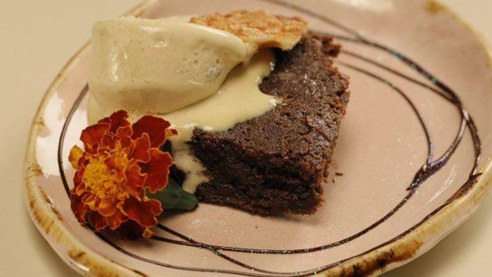 Brownie com sorvete de caramelo salgado