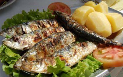 Sardinha assada com batata cozida e salada