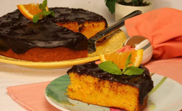Bolo de laranja e cenoura com cobertura de chocolate