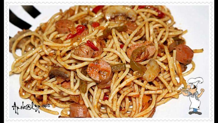 Esparguete com Salsichas, Cogumelos e Pimentos