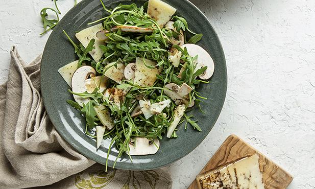 Salada com cogumelos e queijo com trufa