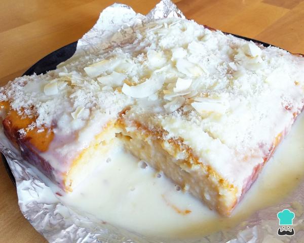 Bolo de coco gelado e embrulhado